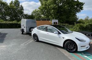 Ein Tesla Model 3 mit Westfalia Anhänger