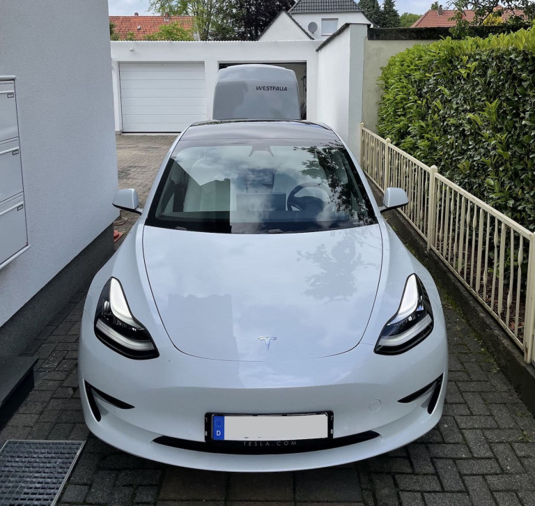 Tesla Model 3 2021 Long Range mit Westfalia Anhänger vor der Abfahrt