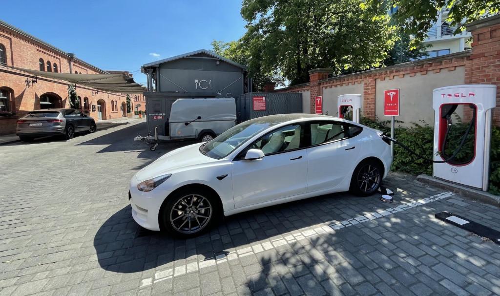 Ein Tesla Model 3 2021 Long Range lädt am Supercharger in Poznan